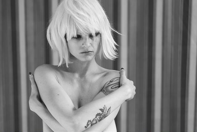 henna busty nude model